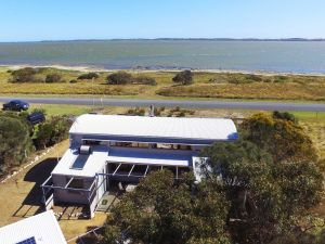 Coorong Aurora - Breathtaking Waterfront Escape - Tweed Heads Accommodation