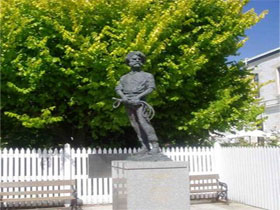 Alexander Cameron Statue - Tweed Heads Accommodation